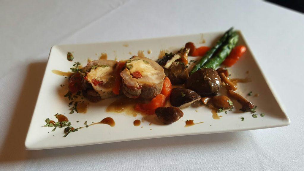 Paletilla de ternasco asada a baja temperatura, rellena de gallina del Sobrarbe, con reducción de vino Viñas del Vero, acompañado con setas Supervía.