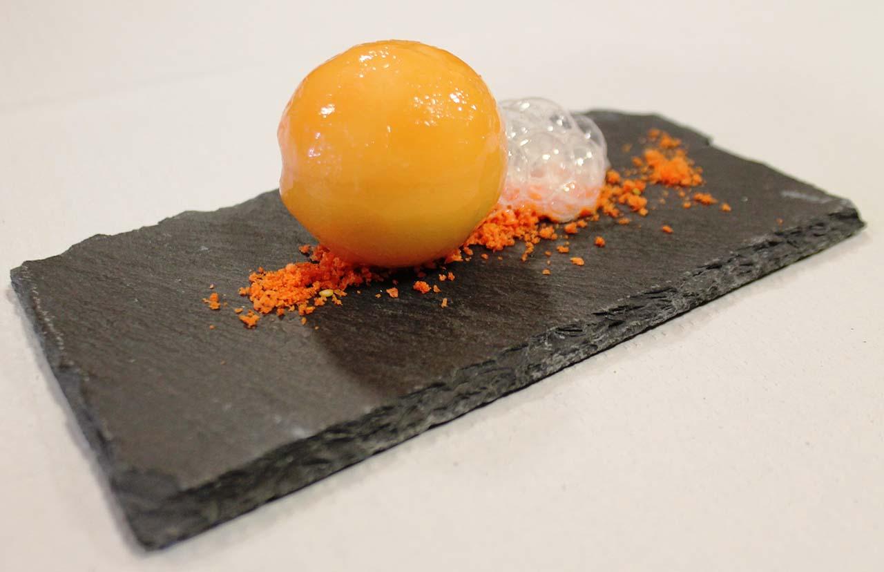 Esfera de Esturión del Grado, queso nube de Fonz, corazón líquido de miel de Monegros y Tomate rosa de Huesca con sus burbujas.