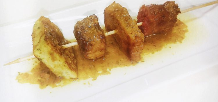 Bar Restaurante El Castillo > Brocheta de salmorrejo al estilo tradicional