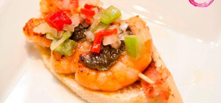 Restaurante Alcanadre > Brocheta de gambas con panceta y vinagreta de pimientos.