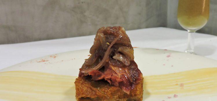 Tino Restaurante Asador > Delicias de pato con cebolla morada, sopa de boletus y crujiente al curry